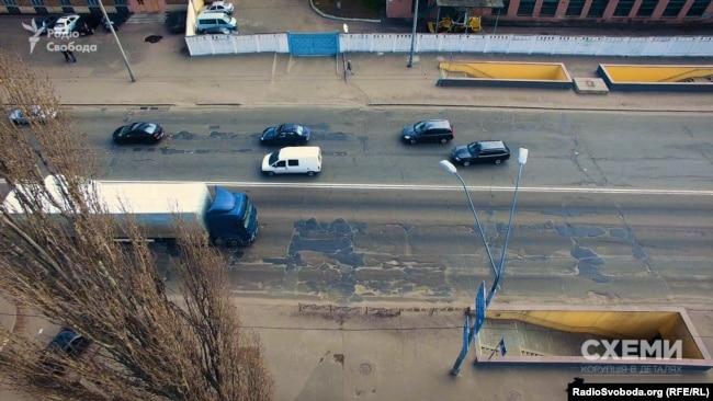 Ямковий ремонт дороги на вулиці Теліги у Києві