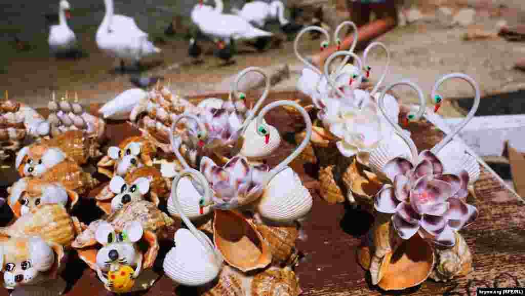 Местные также продают сувениры. Лебедь из ракушек стоит 300 рублей