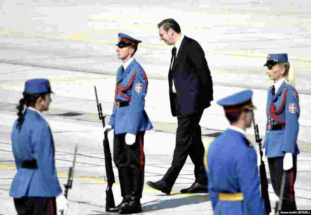 Predsednik Srbije Aleksandar Vučić čeka ruskog premijera na aerodromu u Batajnici
