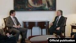 Ministerul de externe al Armeniei, Edward Nalbandian, la o întîlnire la 1 iunie cu Jean-Claude Mignon, președintele APCE.