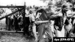 Громадяни комуністичної Східної Німеччини прориваються через ворота в паркані, що розділяв під час Холодної війни Угорщину й Австрію поблизу Шопрона (Угорщина). 19 серпня 1989 року