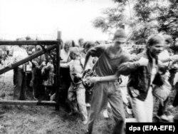 Est-germani trecînd frontiera ungaro-austriacă la 19 august 1989 lîngă Sopron