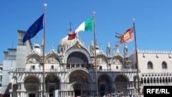 Площадь Сан-Марко в Венеции. На переднем плане - флаги Евросоюза, Италии и региона Венето