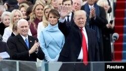 Майк Пенс (ліворуч) на церемонії інавгурації поруч з обраним президентом США Дональдом Трампом і його дружиною Меланією, Вашингтон, 20 січня 2017 року