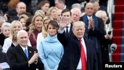 Майк Пенс (слева) на церемонии инаугурации рядом с избранным президентом США Дональдом Трампом и его женой Меланией, Вашингтон, 20 января 2017 года
