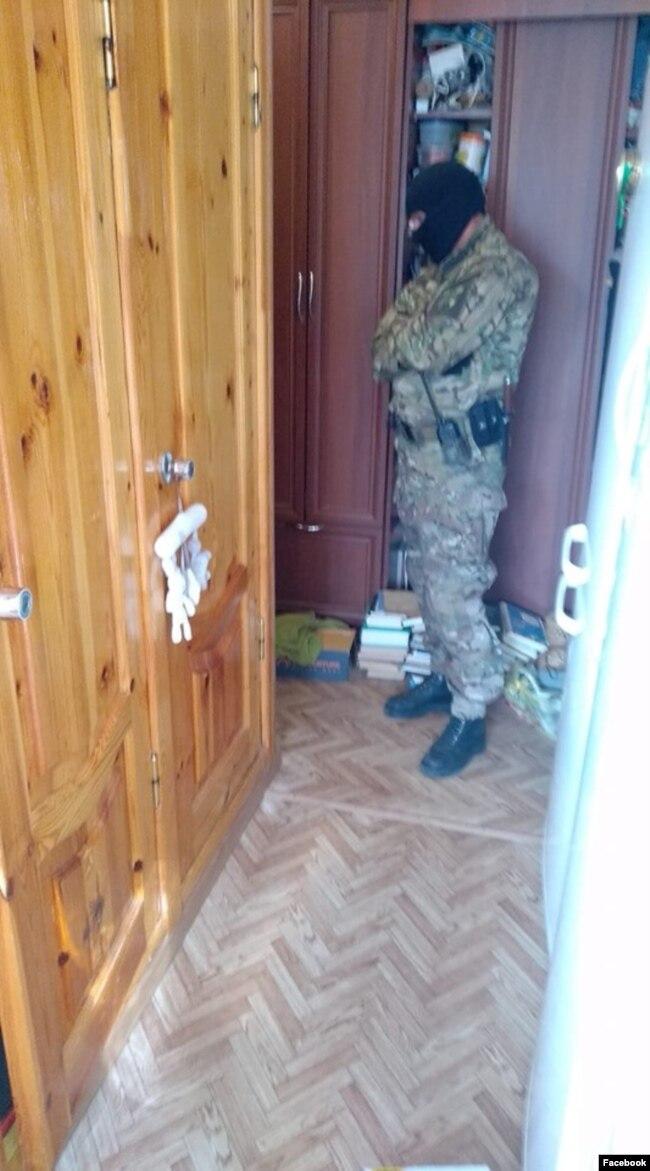 Обыск по делу ФБК в квартире родителей Евгения Пашуткина