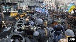 Уборка баррикад на улице Грушевского в центре Киева