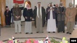 چند عراقی بر مزار صدام دعا می خوانند.
