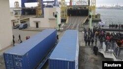 Вагоны-цистерны недавно открывшегося железнодорожного сообщения, связывающего Китай и Украину, перед погрузкой на грузовое судно в черноморском порту Ильичевск в Одесской области, 15 января 2016 года.