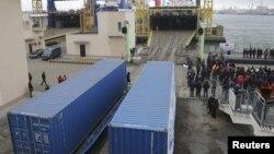 Қытай мен Украинаны жалғайтын жаңа темір жол бағытымен жөнелтілетін жүк контейнерлерін Қара теңіздегі Ильичевск портында кемеге тиеп жатыр. Одесса облысы, Украина, 15 қаңтар 2016 жыл.