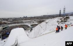 На комплексе лыжных трамплинов проверяют склон. Алматы, 2 февраля 2011 года.