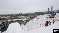 Рабочие готовят лыжный трамплин для состязаний в рамках Азиатских игр. Алматы, 2 февраля 2011 года.