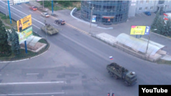 Украина территориясында жүрген ресейлік танк пен әскери көлік. 12 маусым 2014 жыл.