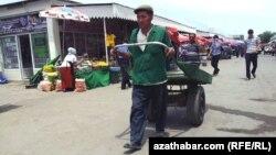 Aşgabadyň Gündogar bazary.