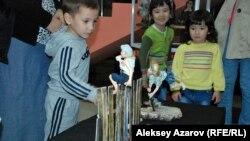 Дети на выставке авторской куклы, которая сопровождает фестиваль кукол. Алматы. 20 сентября 2015 года.
