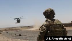 Военный США у места приземления вертолета. Афганистан, 2019 год.