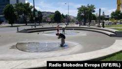 Луѓе се разладуваат на фонтана во Сараево