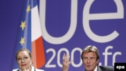 French Foreign Minister Bernard Kouchner (right) and External Relations Commissioner Benita Ferrero-Waldner in Avignon