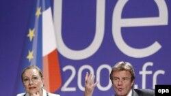 French Foreign Minister Bernard Kouchner (right) and External Relations Commissioner Benita Ferrero-Waldner in Avignon