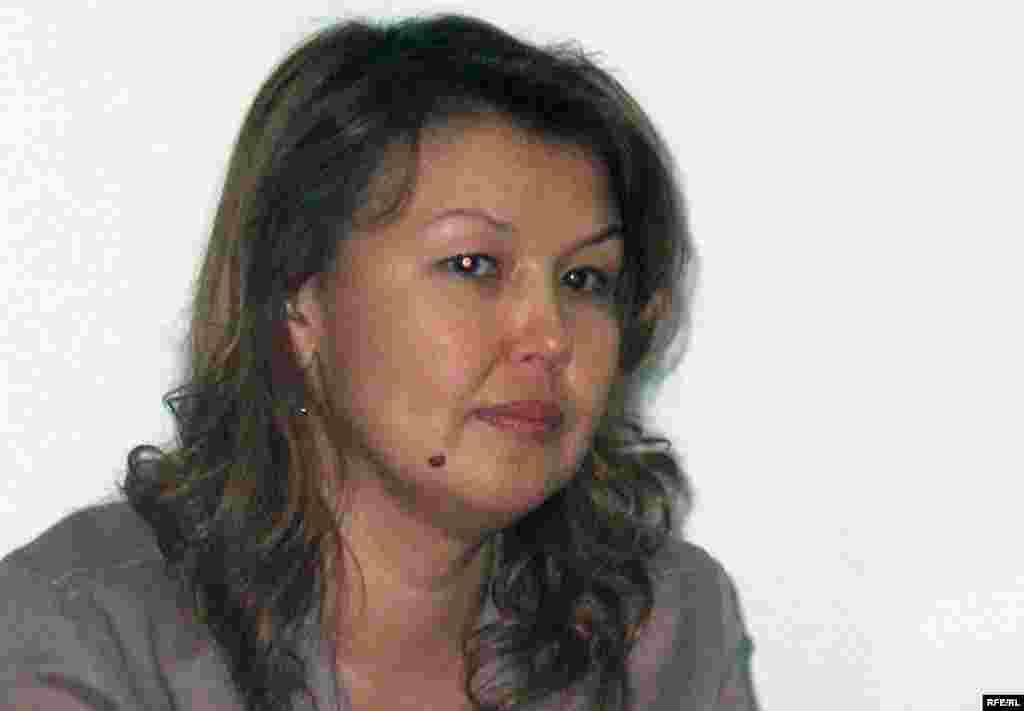 Kazakhstan - Zhamila Zhakisheva, the wife of arrested top-maneger Mukhtar Zhakishev. Almaty, press conference, 03Aug2009. - Джамиля Джакишева, жена арестованного Мухтара Джакишева, на пресс-конференции. Алматы, 3 августа 2009 года.