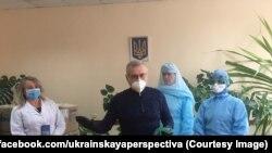 Олександр Вілкул дарує маски і захисні костюми медикам лабораторного центру у Кривому Розі, 31 березня 2020 року