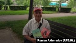 Житель Алматы Виктор Куклин показывает свои книги, Алматы, 23 мая 2017 года.