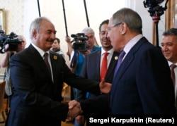Халифа Хафтар (слева) и Сергей Лавров. Москва, 14 августа 2017 года