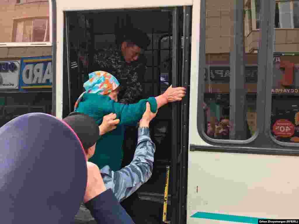 Арнай жасақ ұсталған адамды автобусқа салып жатыр. Нұр-Сұлтан, 21 қыркүйек 2019 жыл.