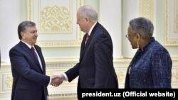 Президент Узбекистана Шавкат Мирзияев (слева) и заместитель государственного секретаря США по политическим вопросам Томас Шэннон. Ташкент, 26 марта 2018 года.