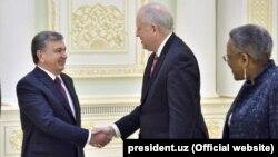 Uzbek President Shavkat Mirziyoyev (left) meets with U.S. Undersecretary of State Thomas Shannon (center) in Tashkent on March 26.