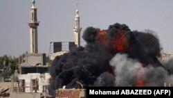 تصاویری که خبرگزاری فرانسه روز ۲۱ خرداد ماه منتشر کرده نشاندهنده انفجارهایی در مناطق تحت کنترل شورشیان در درعا است
