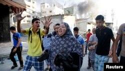 Palestinalylar top okundan gaçýar, Gaza, 30-njy iýul, 2014.