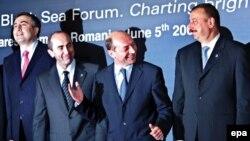 Predsednici Jermenije i Azerbejdžana često su se sastajali i na međunarodnim skupovima. Fotografija je sa susreta Crnomorskog foruma u Ruminiji, 5. juna 2006. godine. S leva na desno: predsednik Gruzije Mikhail Saakashvili, predsednik Jermenije Robert Koc