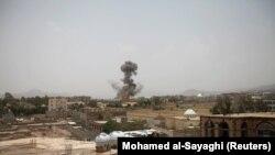 تصویر آرشیوی از اوت ۲۰۱۸ حمله هوایی به صنعا را نشان میدهد