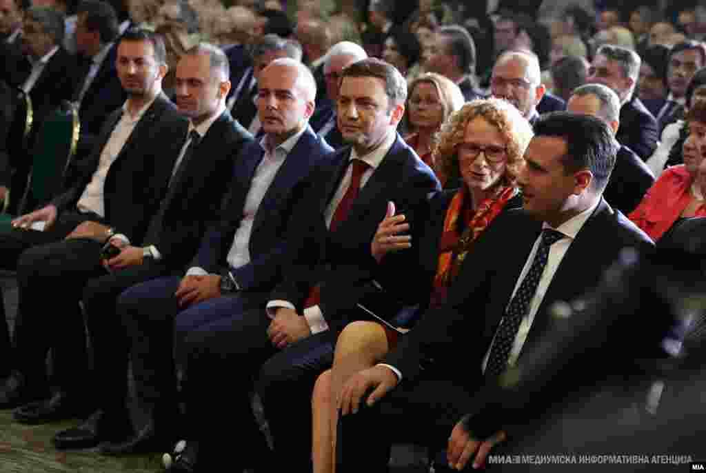 МАКЕДОНИЈА - Премиерот Зоран Заев во врска со најавената метла информира дека во вторник, на 9 јули, би можеле да се донесат и првите одлуки. Според него, промени ќе има најверојатно на 20 до 25 места, директорски и кај раководители на подрачни единици.