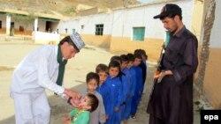 Poliomiýelit keseline garşy waksina-dermanlary bermek çäresi, Landikotal, Pakistan-Owganystan serhedi, 14-nji aprel, 2014.