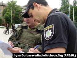 Перед патрулированием военные и полицейские согласовывают свои действия