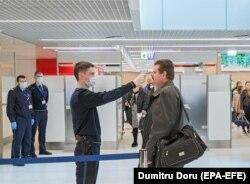 Прикордонники сканують температуру тіла прибулих на летовище Кишинева, Молдова, 25 лютого 2020 року