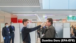 Control cu scanerul termic la Aeroportul din Chișinău