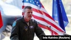 Командующий силами ВВС НАТО в Европе Тод Уолтерс выступает на базе Шауляй в Литве