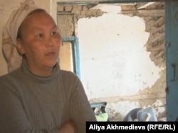 Амина Абдрахманова, жительница села Кольтабан, в своей разрушенной времянке.