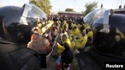 Затвореници во затворот ал-Русафа во Багдад чекаат ослободување.