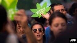 در زمان بررسی این قانون در سنا، گروهی از شهروندان هوادار آن در اطراف ساختمان کنگره اروگوئه به حمایت از آن پرداختند