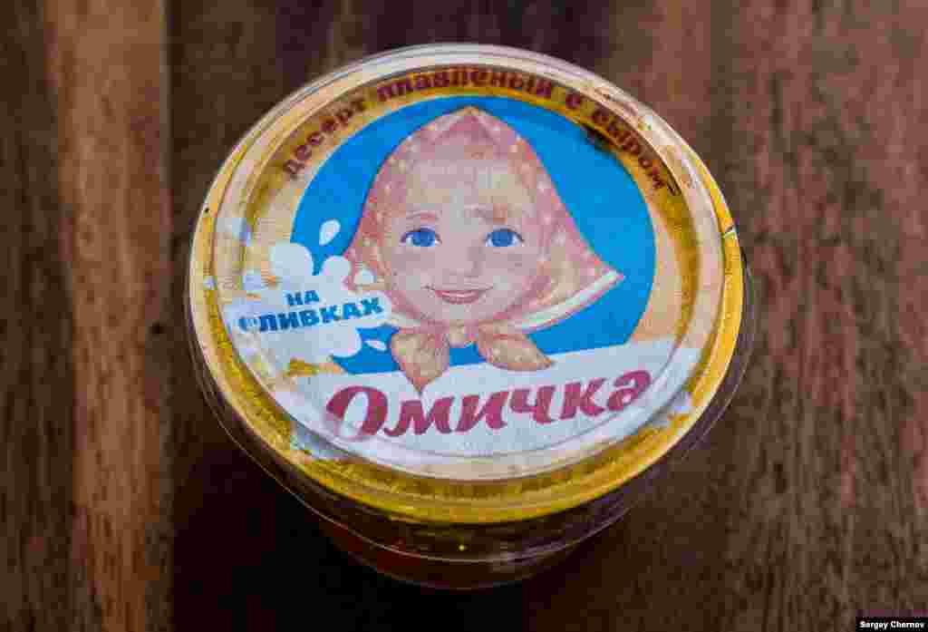 """""""Омичка"""", """"десерт плавленый с сыром"""", рассчитан на ностальгию части покупателей по популярному плавленому сырку, выпускавшемуся в советские годы под тем же названием. Сделано в Омске."""