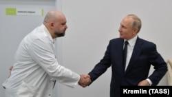 Главврач больницы в Коммунарке Денис Проценко здоровается с Владимиром Путиным. 24 марта 2020 года.