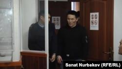 Тлека Табарака заводят в зал суда. Жаркент, 16 января 2020 года.