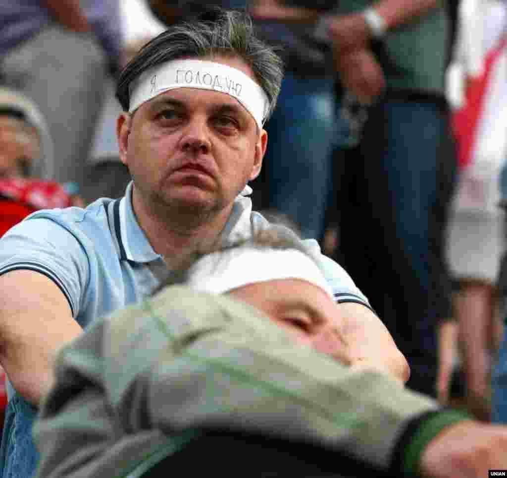 Долучився до голодування і журналіст Сергій Рахманін. Другий день «Мовного майдану», Київ, 4 липня 2012 року