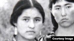 Сабриниса в школьные годы (слева).