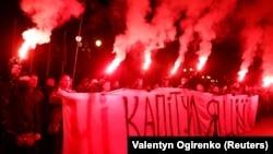 """Активисты с плакатом """"Нет капитуляции"""". Киев, 1 октября 2019"""