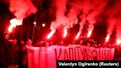 Активисты с плакатом «Нет капитуляции». Киев, 1 октября 2019 года.